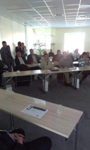 Lidé natiskové konferenci Enika